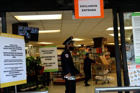 Fotografía fechada el 13 de abril del 2020, que muestra a personal de seguridad vigilando centros comerciales en Ciudad de México.