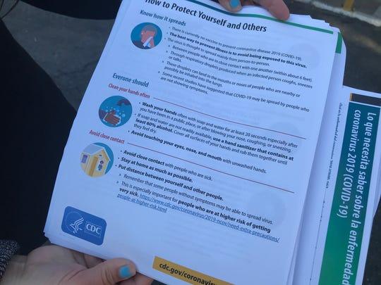 Personal de LULAC y de UFW pasan información a los trabajadores H-2A sobre la distancia social que hay que respetar en lugares públicos.