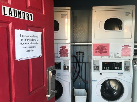 Un letrero en la puerta de la lavandería advierte a los trabajadores huéspedes H-2A que solo dos trabajadores pueden ocupar el cuarto.