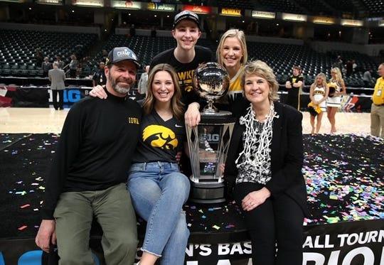 David Bluder, kiri, menyebut keluarganya 'Bluder Bunch,' termasuk putrinya, Hanna, putra, David, putri, Emma, dan istrinya, Lisa, pelatih bola basket wanita Iowa.