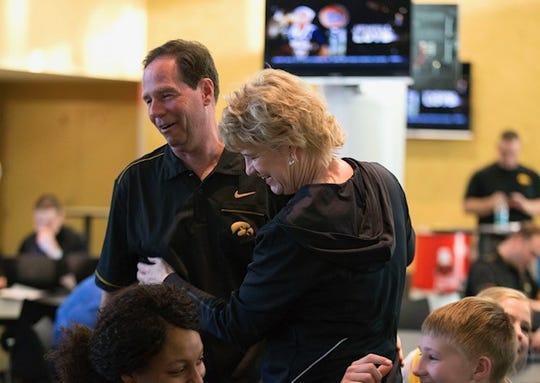 David dan Lisa Bluder, pelatih bola basket wanita Iowa, berbagi momen di sebuah acara baru-baru ini. David Bluder, telah menulis sebuah novel kriminal tentang bagaimana perjudian olahraga dapat menghancurkan olahraga.