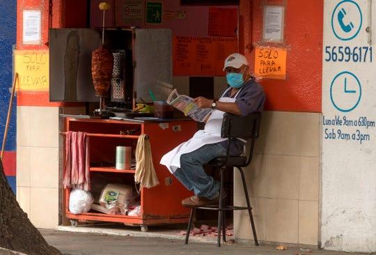 Vendedor de tacos espera clientela en la capital mexicana.