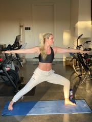 Lindsey Vonn strikes a yoga pose while quarantining in her 真人百家家乐官网网站home.