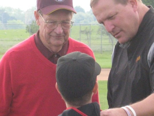 Bobby Winkles, left, and Pat Murphy with a young Arizona State baseball fan at the 2009 College World Series. Winkles died Friday at age 90.