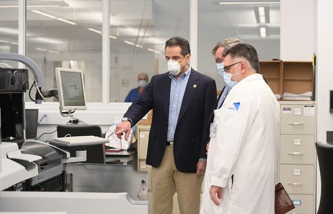 El Gobernador Andrew Cuomo recorre el Northwell Health Core Lab en New Hyde Park con el CEO Michael Dowling.