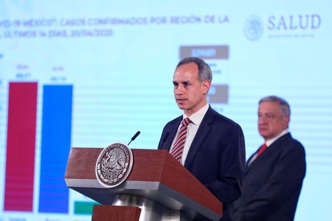El subsecretario de Promoción y Prevención de la Salud, Hugo López-Gatell, junto al presidente de México, Andrés Manuel López Obrador (d), ofrece una rueda de prensa matutina este martes, en el Palacio Nacional, en Ciudad de México.