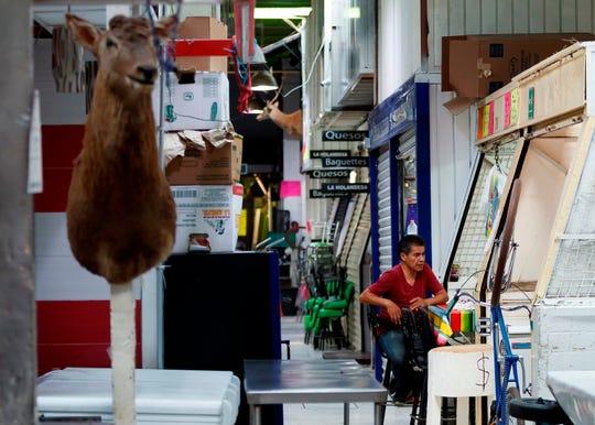 Fotografía fechada el 20 de abril del 2020, en la que se observan locales cerrados y poca asistencia de compradores debido a la contingencia sanitaria por la Covid-19, en el Mercado de San Juan, de la Ciudad de México (Mexico).
