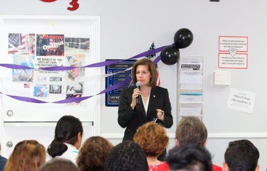 La senadora demócrata por Nevada Catherine Cortez Masto (c) participa en un foro comunitario en Las Vegas, Nevada (EE.UU.).