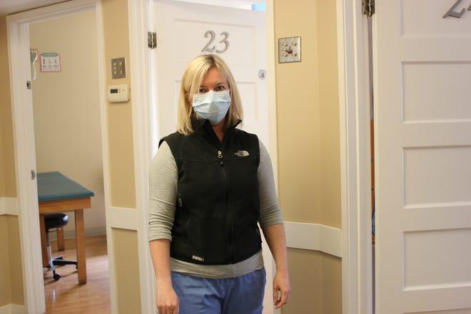 """La doctora Katrina Michel, médica de Berkeley Pediatrics en Berkeley, California, dice que incluso los niños que conoce desde hace años no la reconocen en su equipo de protección. """"Trato de bromear con ellos diciéndoles que soy su doctor robot"""", contó. Pero no puede quitarse el equipo para mostrarles su cara y arriesgarse a una infección."""