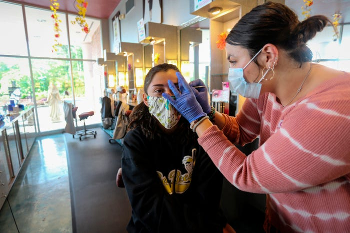 Coronavirus live updates: Sunday church services draw scrutiny; US confirmed cases near 1 million