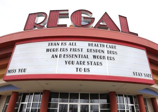 Pesan terima kasih kepada petugas kesehatan, responden pertama dan pekerja penting atas tanda di Regal Henrietta Cinema 18 di Henrietta Senin, 27 April 2020. Bioskop-bioskop di seluruh negeri ditutup karena pandemi coronavirus.