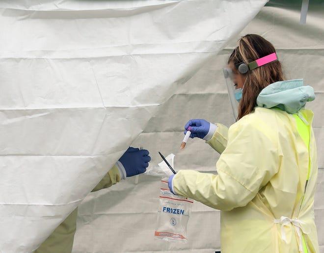 Una mujer realiza una prueba COVID-19.