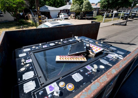 Polisi Visalia melayani surat perintah pada hari Kamis, 30 April 2020 di 800 blok Leslie Utara. Enam orang termasuk dua orang yang dicurigai menjalankan operasi perjudian, ditahan karena barang bukti dikeluarkan dari rumah.