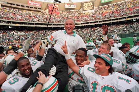 En esta foto del 14 de noviembre de 1993, el entrenador Don Shula de los Dolphins de Miami es cargado por sus jugadores tras conseguir la 325ta victoria de su carrera.