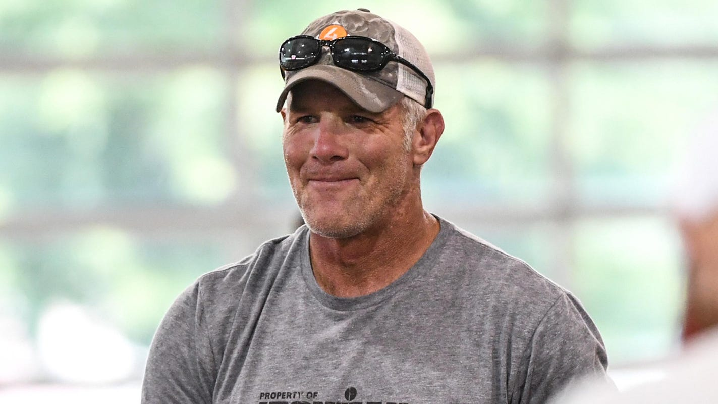 Brett Favre says he will vote for Donald Trump, expected to appear with president at Green Bay rally