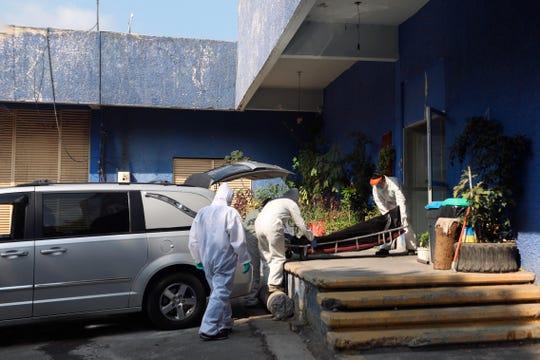 Cuerpos de personas fallecidas por la pandemia de COVID-19, llegan este miércoles, al crematorio del panteón Xilotepec, en Ciudad de México.