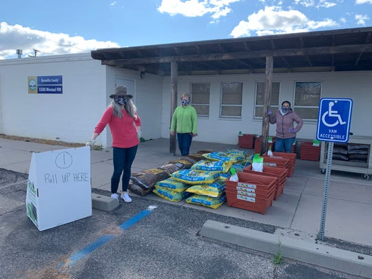 The Bernalillo County Extension Office organized a drive-thru pickup on March 28 for the 30 cancer survivor participants to load up their materials: five bags of soil, two bags of mulch, plants, seeds, and four containers. This came after the study was forced to go virtual because of COVID-19.