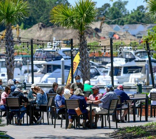Clientes cenan al aire libre en Taco Mundo Kitchen Y Cantina en North Myrtle Beach en el 7 de mayo, 2020.