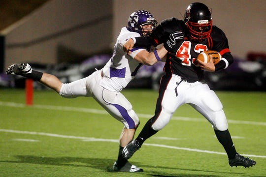 Garden City's Ian Schaefer tries to shake a Throckmorton defender during the 2010 state final