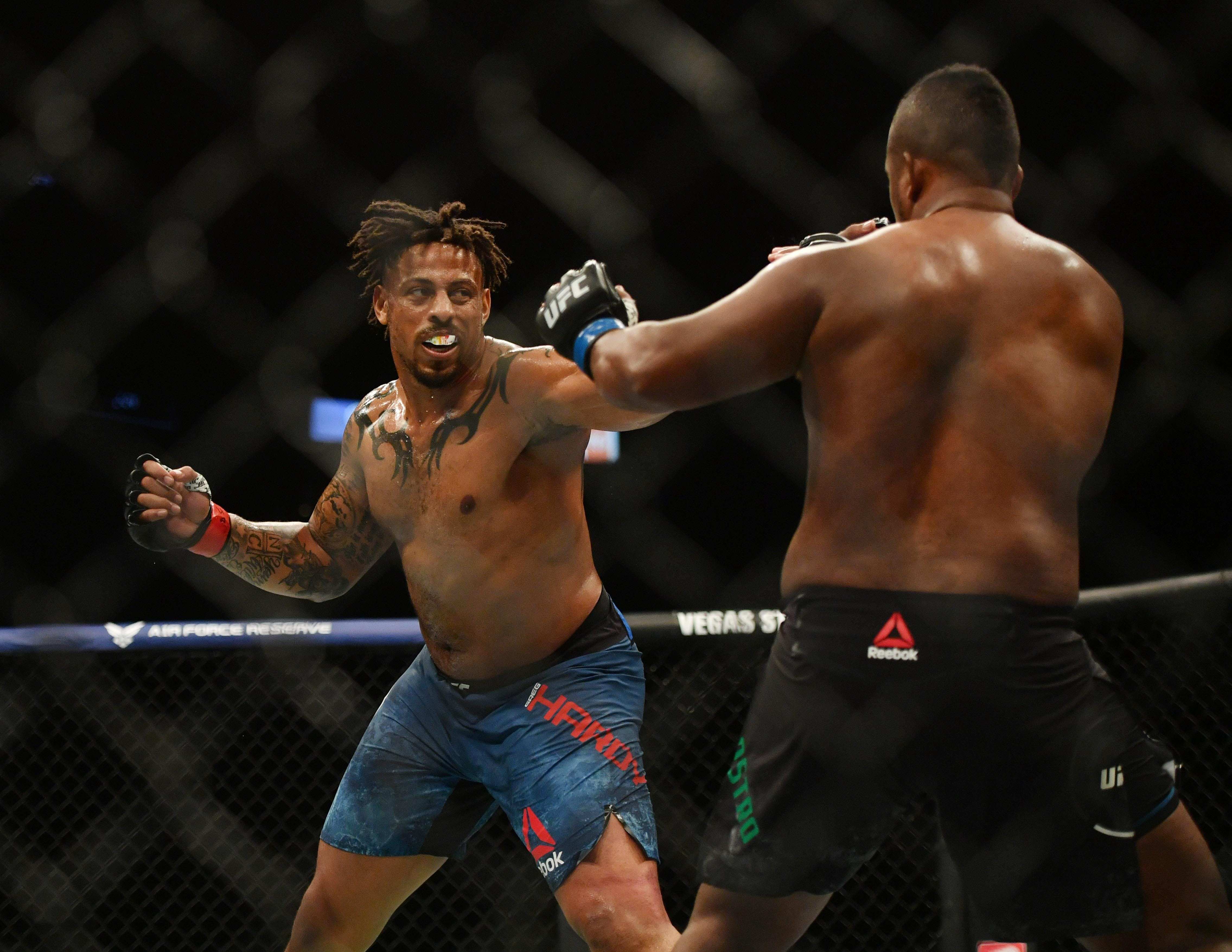 Former NFL player scores another UFC victory