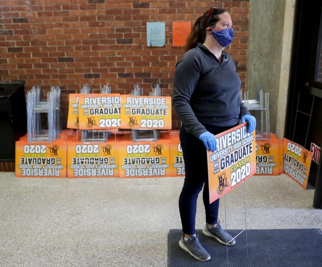 As the class of 2020 graduated during the pandemic, Riverside University High School physical education teacher Lindsey Gerszewski handed out yard signs to celebrate. FAFSA completion rates fell for Milwaukee students that year, and the following year.