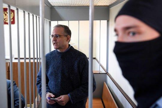 Sur cette photo prise le 23 août 2019, Paul Whelan, un ancien marine américain accusé d'espionnage et arrêté en Russie, se tient à l'intérieur de la cage des accusés lors d'une audience devant un tribunal de Moscou. Le témoin clé de l'accusation a comparu devant un tribunal russe le 20 avril pour témoigner lors du procès très médiatisé d'un ancien marine américain accusé d'espionnage, ont rapporté les agences de presse. Le procès de Paul Whelan, 50 ans, se poursuit à huis clos dans un tribunal de Moscou malgré la pandémie de coronavirus et les manifestations diplomatiques.