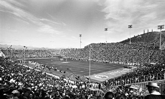ASU Sports Information Arizona State University faces Florida State on Dec. 27, 1971, in the first Fiesta Bowl at Sun Devil Stadium. ASU, which featured Danny White at quarterback, won 45-38. The first Fiesta Bowl in 1971 took place in Sun Devil Stadium with Arizona State beating Florida State 45-38. Attendance was 51,098 with Frank Kush coaching the Sun Devils. The payout per team was $168,237 and included players such as Quarterback Danny White, running back Woody Green and stand out defensive player Junior Ah You. Credit: ASU Sports Information
