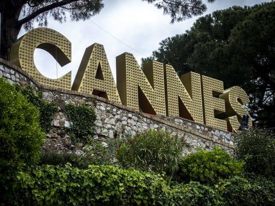 Le signe de Cannes est vu à Cannes, France. Le Festival de Cannes devait commencer le 12 mai, mais a été interrompu en raison de la crise des coronavirus.
