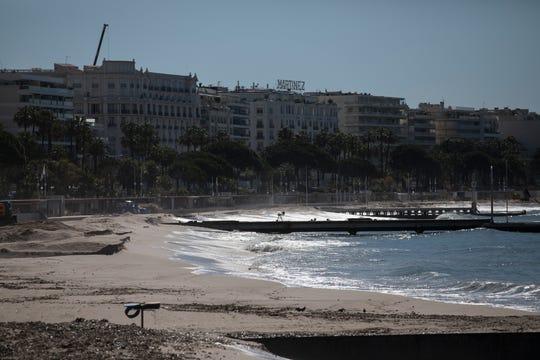 La plage de la Croisette a été abandonnée le 12 mai 2020 en raison de mesures prises pour arrêter la propagation du coronavirus à Cannes, en France. Le Festival de Cannes commencerait aujourd'hui.