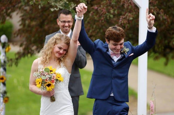 Чейз та Саді Сміт святкують після одруження 29 квітня 2020 року.