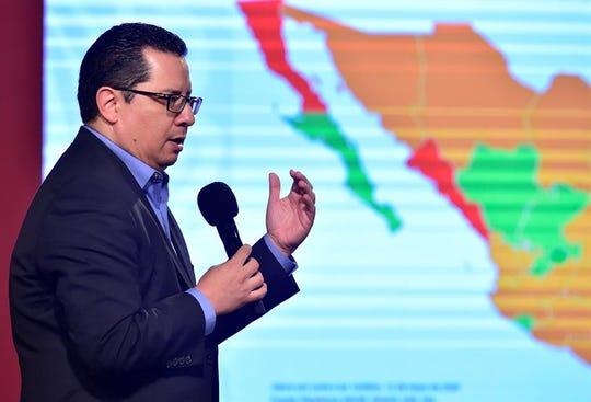 Fotografía cedida por la presidencia de México del director de Epidemiología José Luis Alomía, durante una rueda de prensa este martes, en Palacio Nacional en la Ciudad de México.