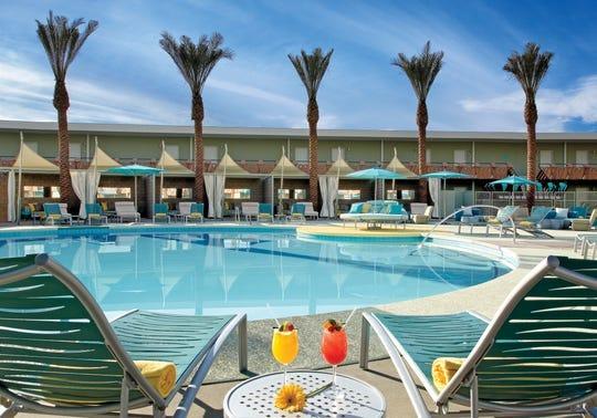 Relájese en la piscina OH del Hotel Valley Ho con un cóctel en la mano.
