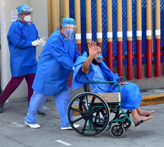 Personal del Centro Médico Nacional da de alta a pacientes de COVID-19 este martes en Ciudad de México (México)