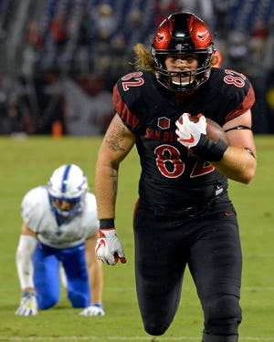 San Diego State tight end Parker Houston runs to the end zone for a touchdown against Air Force in 2018.