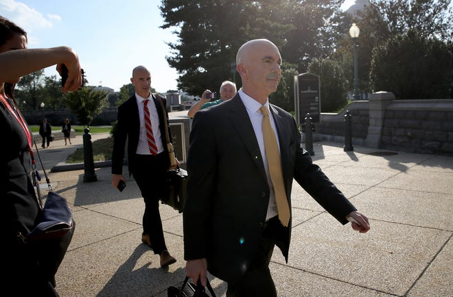 O inspetor-geral do Departamento de Estado, Steve Linick, parte do Capitólio dos EUA.  Linick supostamente se reuniu com funcionários do Congresso para informá-los sobre informações relacionadas ao inquérito de impeachment centrado em torno do presidente Donald Trump