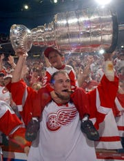 Darren McCarty lifts the Stanley Cup in 1997.