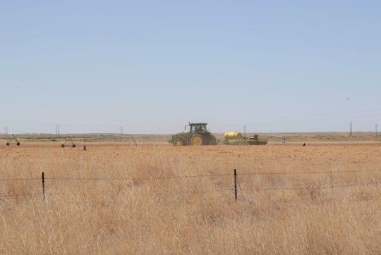 Sebuah traktor beroperasi di Industri Produk Pertanian Navajo pada tanggal 18 Mei. NAPI masih ditutup sebagian sesuai dengan keadaan darurat yang sedang berlangsung dari Bangsa Navajo untuk virus corona.