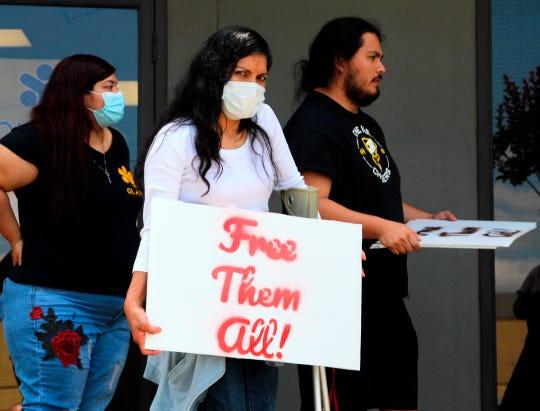 Miembros de la Alianza Latina Pro Derechos Humanos de Georgia (GLAHR) se alistan para salir en una caravana de autos hacia el Centro de Detención de Irwin este 15 de mayo en las oficinas de la organización en la ciudad de Dunwoody, Georgia.