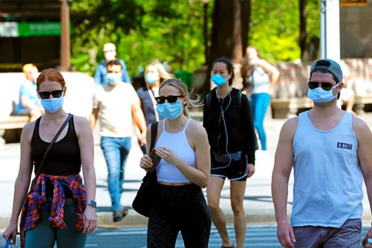 La gente sale de Central Park con la cara cubierta en Nueva York, Nueva York, EE. UU., El 17 de mayo de 2020. La ciudad de Nueva York sigue siendo el epicentro del brote de coronavirus Covid-19 en los Estados Unidos.