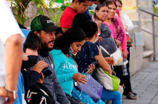 """Indígenas toman un descanso hoy lunes al iniciar su """"nueva normalidad"""", en el municipio de Ejutla estado de Oaxaca (México)."""
