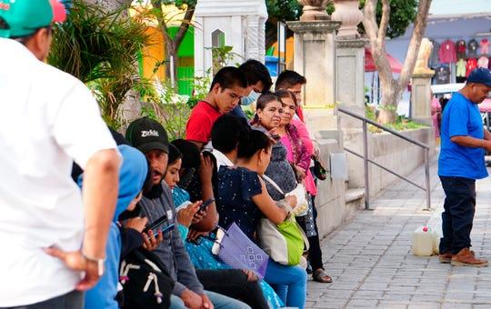 """Una docena de personas indígenas toman un descanso, hoy lunes al iniciar su """"nueva normalidad"""", en el municipio de Ejutla estado de Oaxaca."""