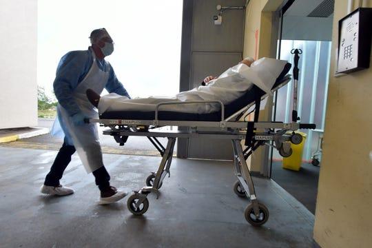 Un paciente de coronavirus es trasladado al hospital.