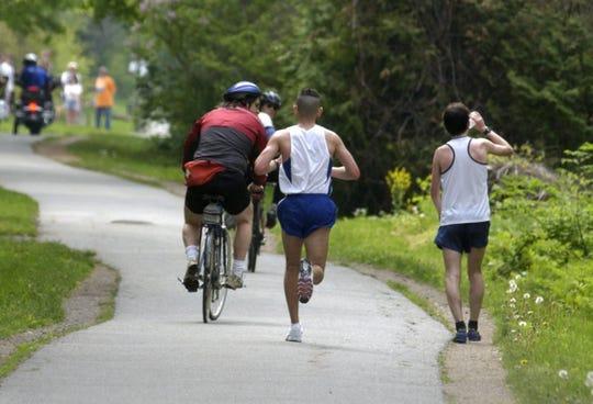 Chris Juarez, center, was the surprise winner at the 2005 Vermont City Marathon.