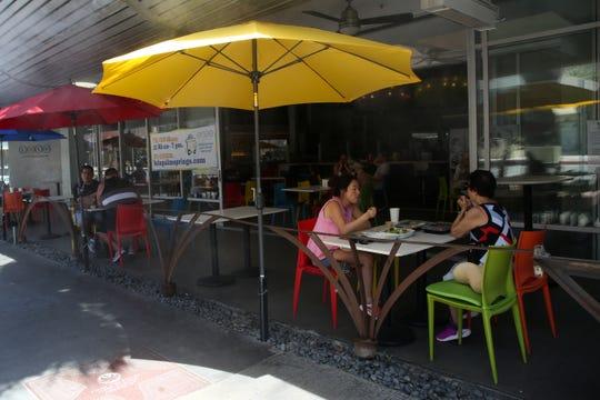 Die Gäste speisen am Samstag, dem 23. Mai 2020, auf der Terrasse des Lulu California Bistro in Palm Springs, Kalifornien, nachdem der Staat Riverside County die Möglichkeit eingeräumt hatte, während der Coronavirus-Pandemie in die zweite Phase der zweiten Phase seines Wiedereröffnungsplans einzutreten.