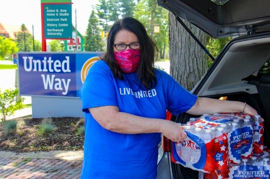 Holly Miller, CEO von United Way of Midland County, entlädt hier am Dienstag, dem 26. Mai 2020, gespendete Vorräte im Büro der Organisation zur Verteilung an die Flutopfer.