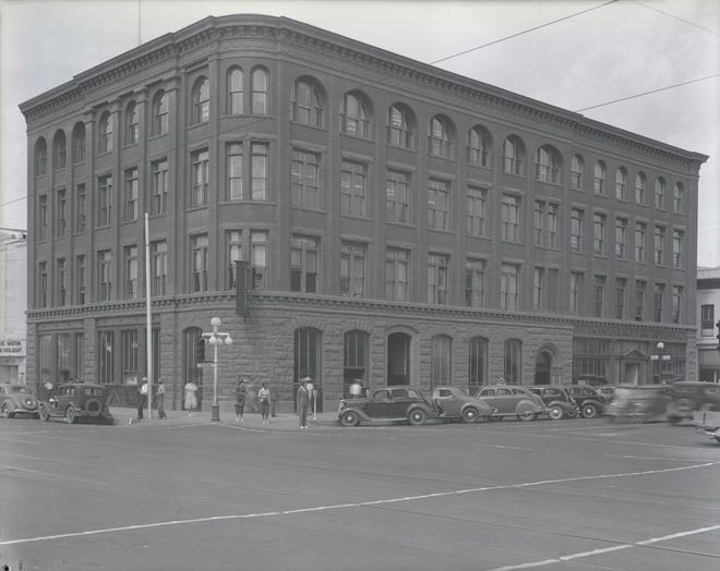 The Fleming Building, shown cerca 1938, housed the first Phoenix library in two rooms on the second floor.