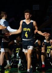 Senior Brad Colbert diperkenalkan sebelum pertandingan International Sports Academy.