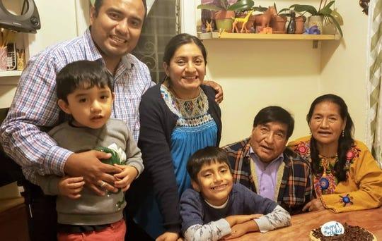 Ricardo Hernandez con su esposa Alejandra Conde, sus dos hijos, Ricardo Jr. (al centro) y Sebastián, y los padres de Ricardo, Laurencio Hernández de 80 años de edad y Rufina Hernández de 76.