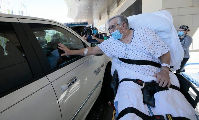 Roberto Mata, de 68 años, es dado de alta de un hospital luego de ser tratado por COVID-19 durante 47 días.