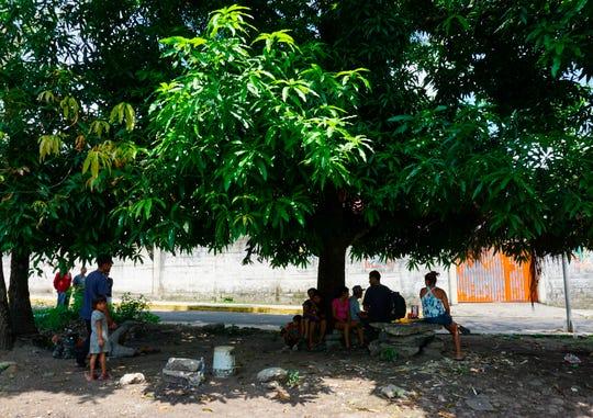 Migrantes centroamericanos permanecen varados en las cercanías del albergue Belén, el pasado 27 de mayo, en la ciudad de Tapachula, en el estado de Chiapas.